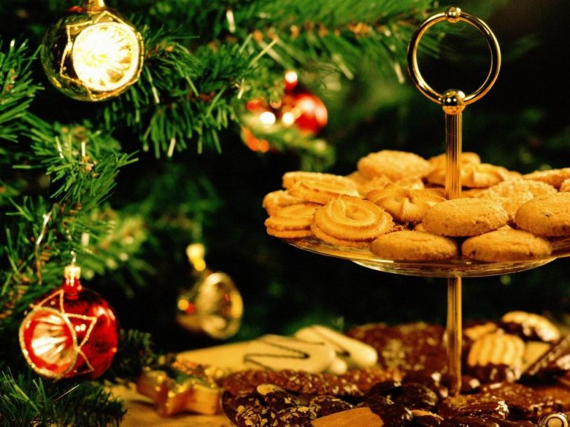 Christmas cookies on a plate wallpaper